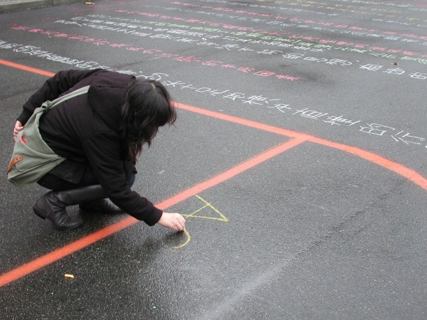 A participant in Tan Lin's LITWITCHALK. Photo courtesy of the artist.